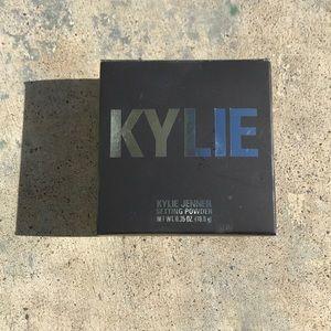 Kylie Jenner Setting Powder yellow